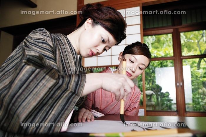 書道を習う着物を着た女性の販売画像