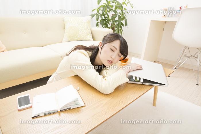 仕事に疲れた女性の販売画像