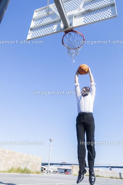 バスケをする男性の販売画像