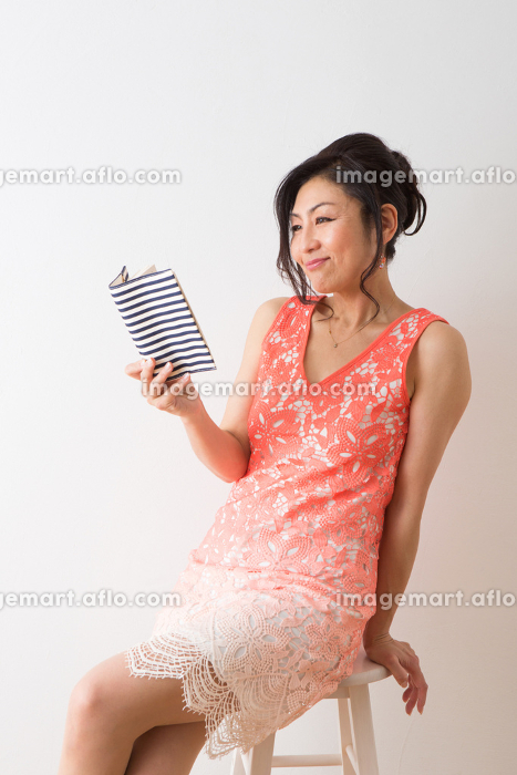 女性のポートレートの販売画像