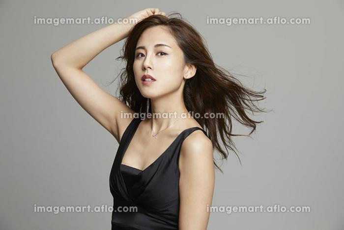 髪をかき上げるエレガントな日本人女性