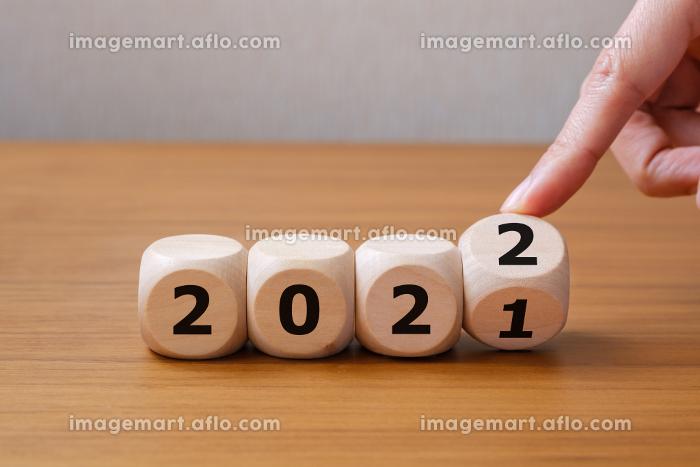 2021から2022へ サイコロの目を変える手の販売画像