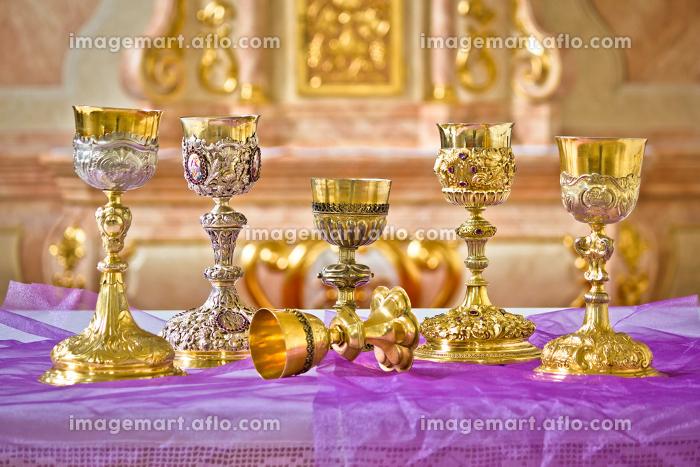 Golden holy grails on church altar viewの販売画像