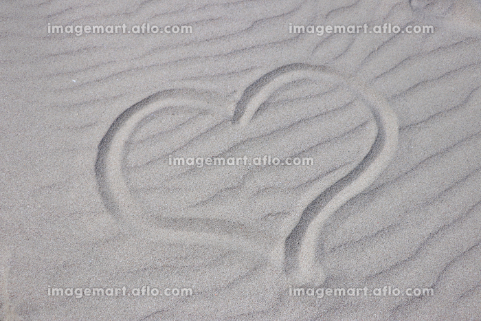 砂に描いたハートの販売画像