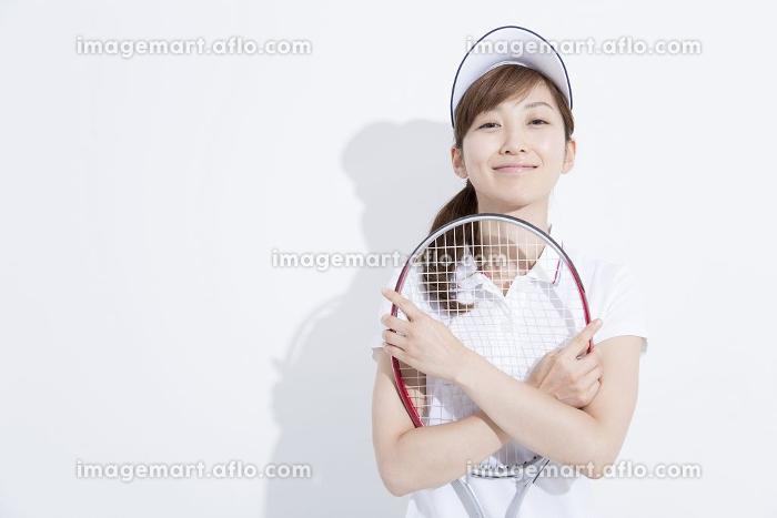 テニススタイルで微笑む女性の販売画像