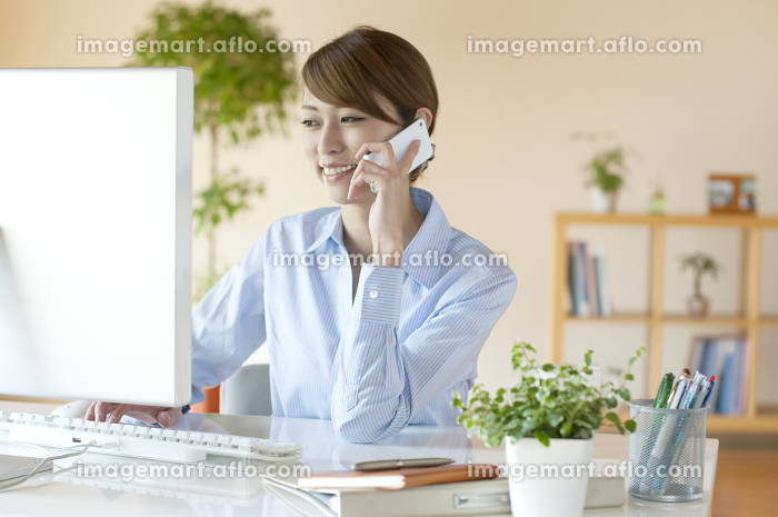 デスクワークをするビジネスウーマンの販売画像