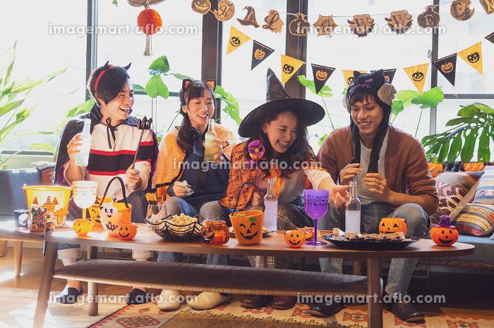 ハロウィンパーティーをする若者グループの販売画像