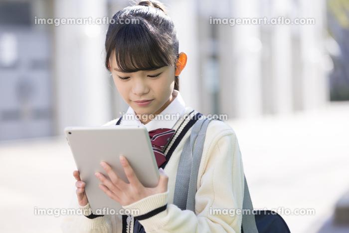 タブレットを見る女子校生