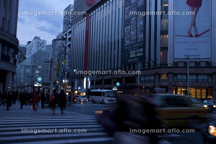 節電で暗い銀座の街の販売画像