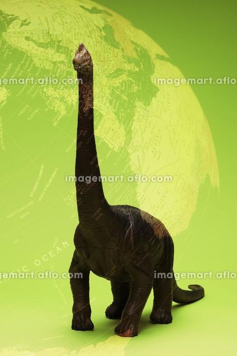 恐竜と地球儀の合成の販売画像