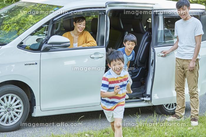 車から出る男の子と家族の販売画像
