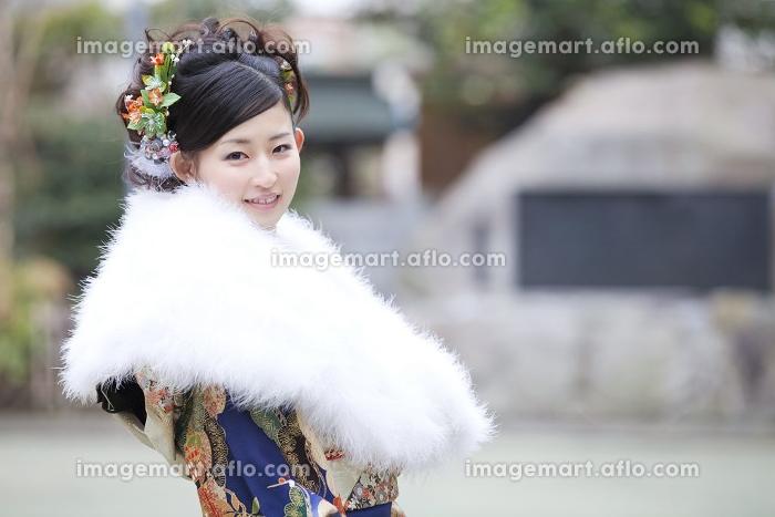 振袖姿で微笑む女性の販売画像