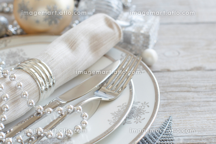 Silver and cream Christmas Table Settingの販売画像