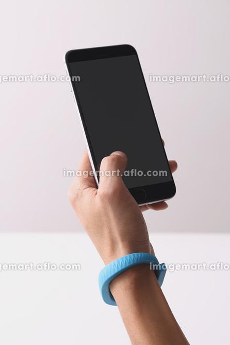 スマートフォンを操作する若者の販売画像