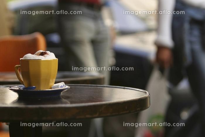 カフェテーブルに置かれた黄色いマグカップ