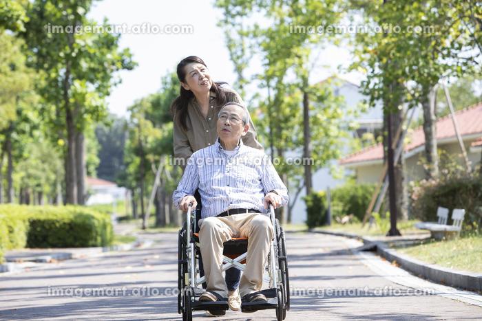 車椅子で出かけるシニアの販売画像