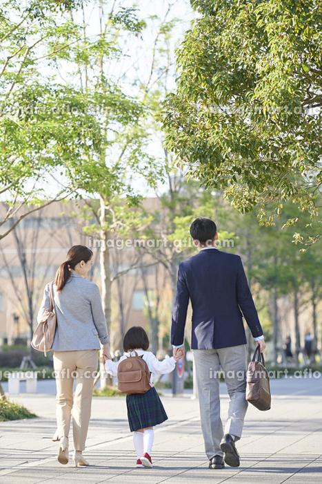 手を繋いで歩く日本の家族の販売画像
