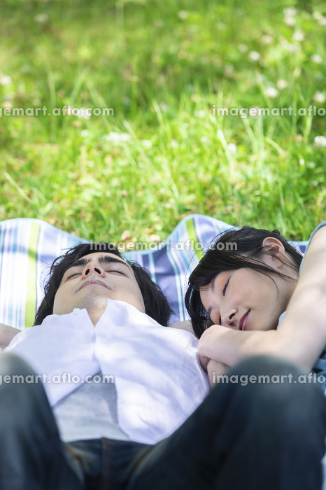 昼寝をするカップルの販売画像