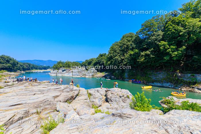 人々で賑わう夏の長瀞岩畳の販売画像