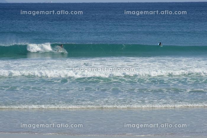 青い海でサーフィン