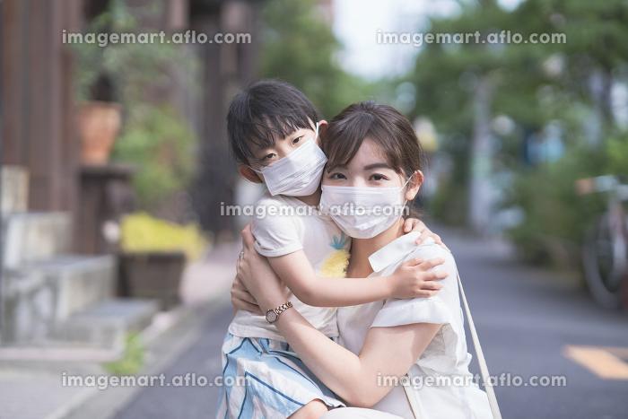 マスクをつけた親子の販売画像