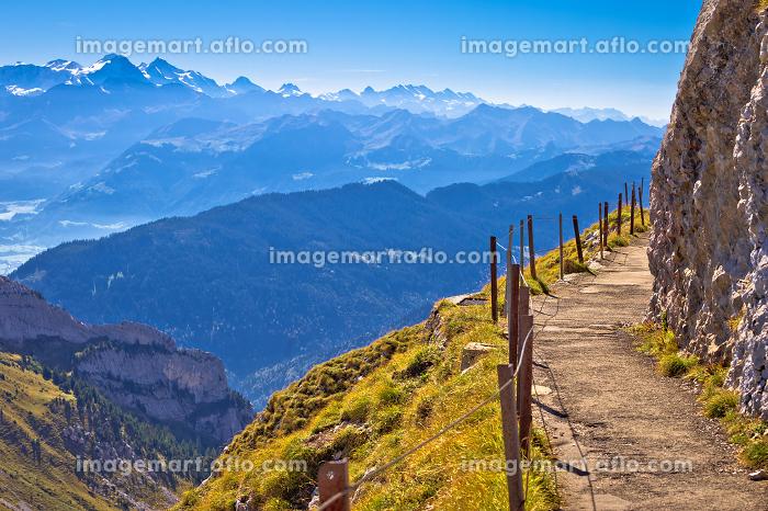 Mount Pilatus cliffs walkway with alpine peaks viewの販売画像