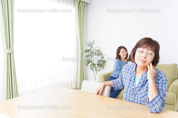 子どもが騒いで嫌がる祖母の販売画像