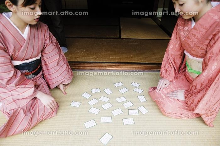 百人一首をする着物を着た二人の女性