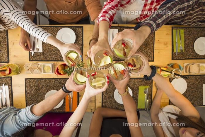 Friends having a toastの販売画像