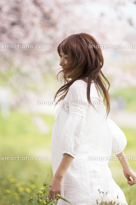桜の木の下で踊っている女性