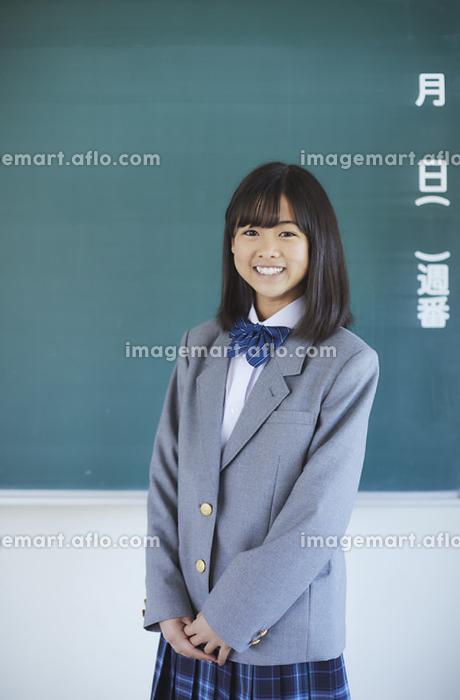 黒板と女子中学生の販売画像