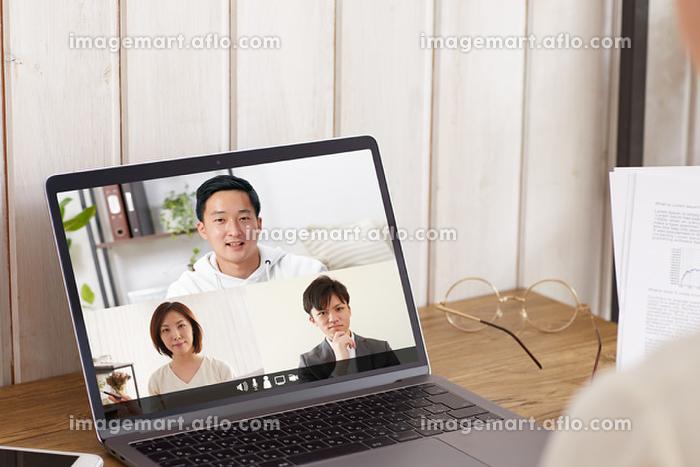 オンライン会議をする日本人のビジネスパーソンの販売画像