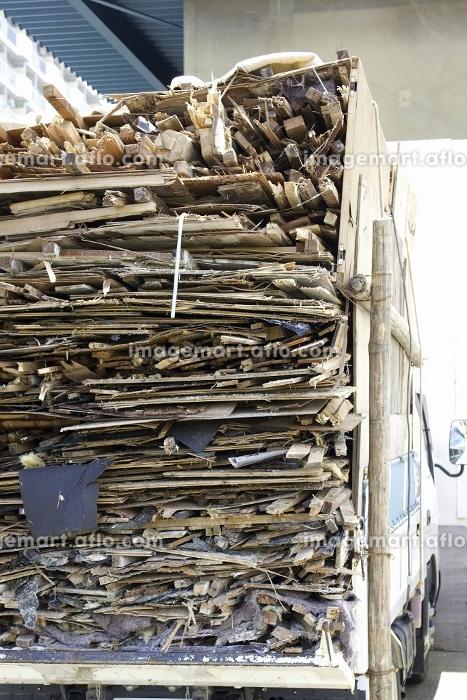 廃材を積んだ産業廃棄物運搬車の販売画像