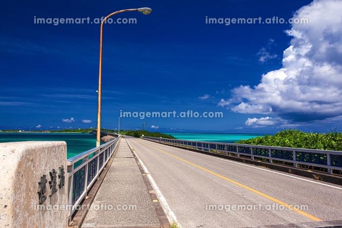 沖縄県・池間島 夏の池間大橋と遠方に臨む宮古島の風景の販売画像