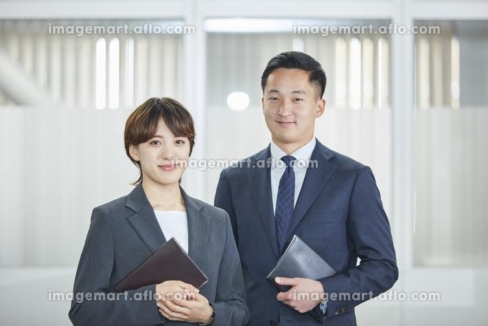 男女のビジネスパーソンの販売画像