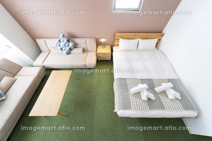 ソファとクッション、ベッドのあるホテルの部屋の販売画像