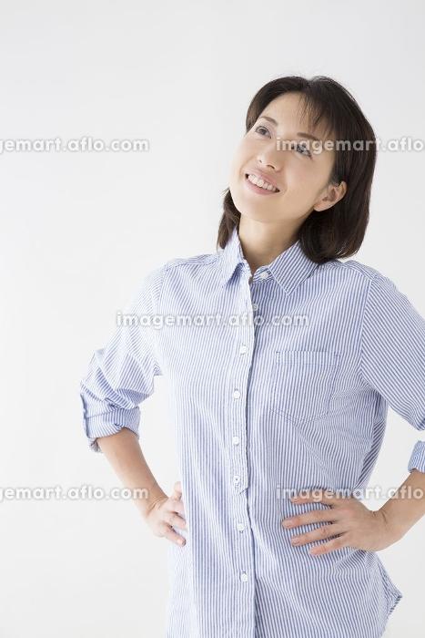 腰に手をあてる女性