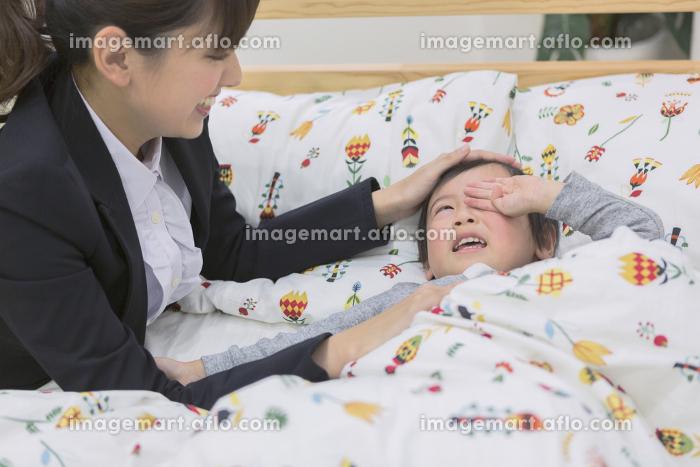 子供を寝かしつけるママの販売画像
