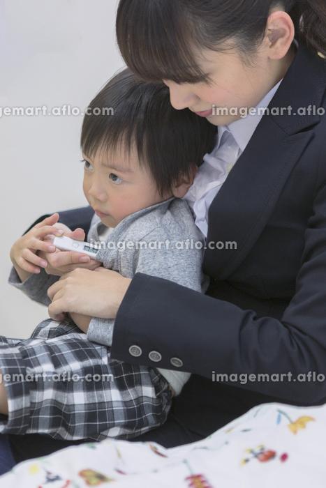 体温計で熱を測る子供の販売画像