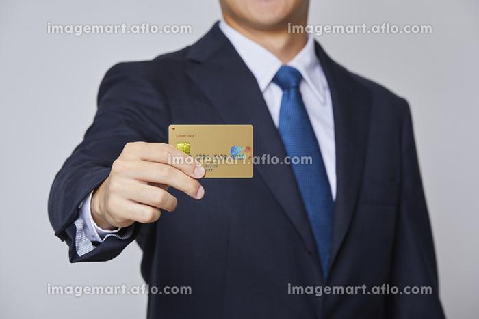 カードを持つビジネスマン