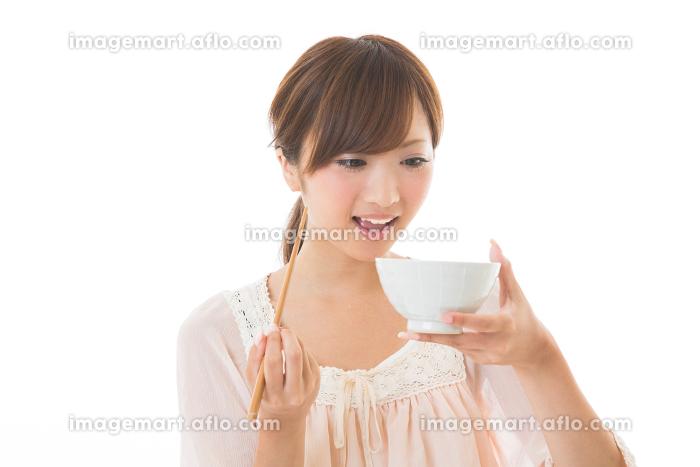 食事をする女性の販売画像