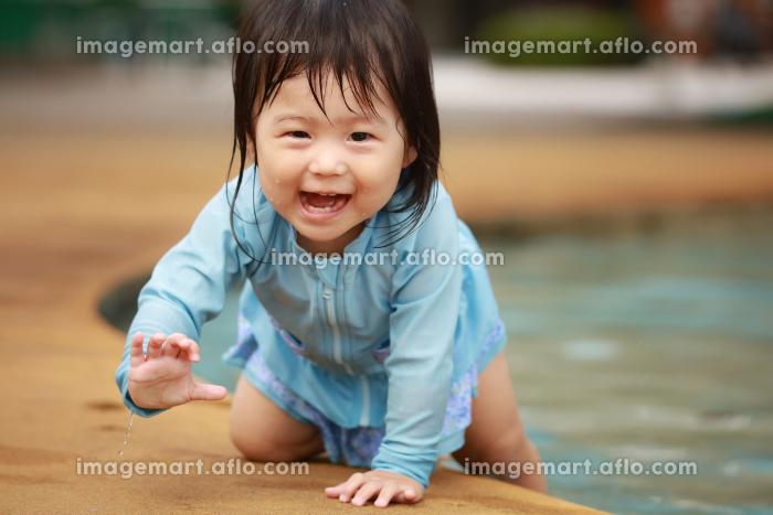 水遊びする女の子の販売画像