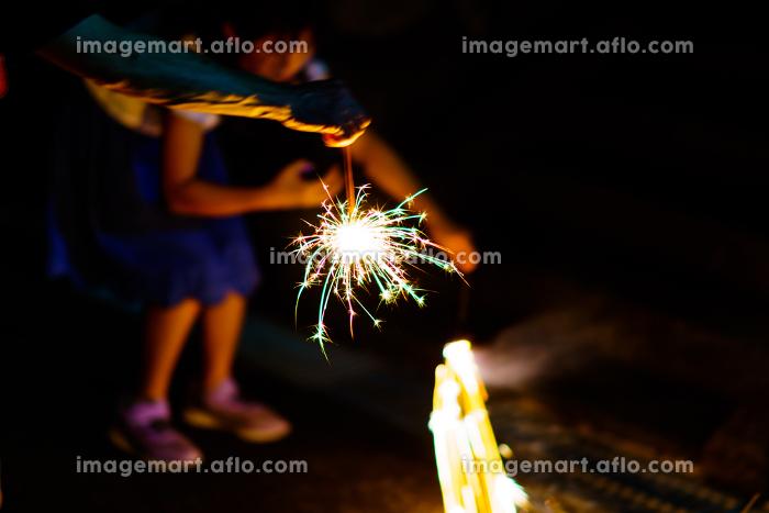 三蜜を避けて,手持ち花火を楽しむ【夏・納涼イメージ・ウィズコロナの夏レジャーのニューノーマル】の販売画像