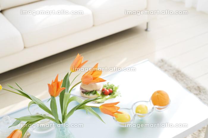 花瓶に生けられた花などがあるリビングルームの販売画像