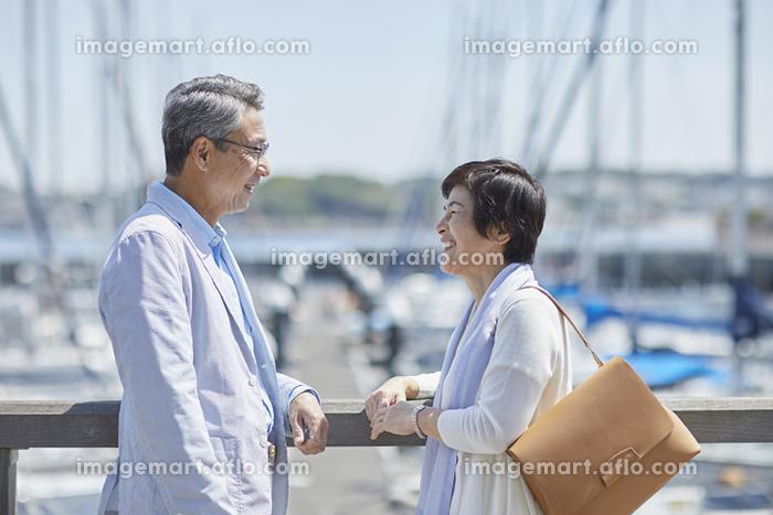 見つめ合う笑顔の日本人シニア夫婦の販売画像