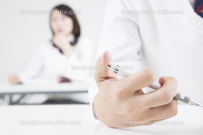 勉強する高校生の手元の販売画像