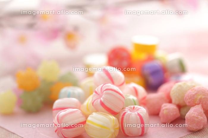 カラフルな色の飴や金平糖やあられなどの雛菓子の販売画像