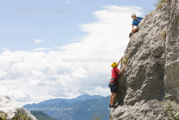Two boys climbingの販売画像