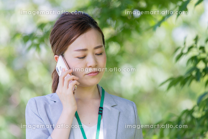 電話するビジネスウーマン(トラブル・苦情)の販売画像