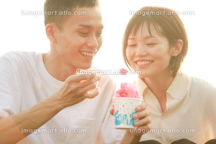かき氷を食べるカップルの販売画像